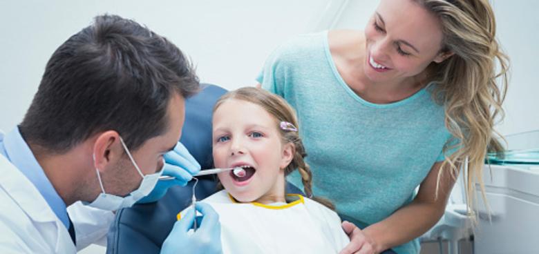 Vyražený stálý zub musí zpět do úst!