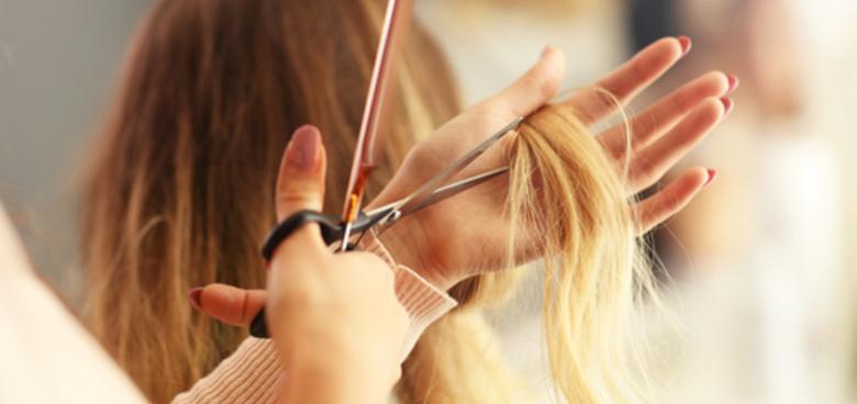 Stříhání vlasům hustotu nedodá. Maminky i tak děti stříhají a věří, že jim vlasy zhoustnou, mýtům stále věří hodně lidí