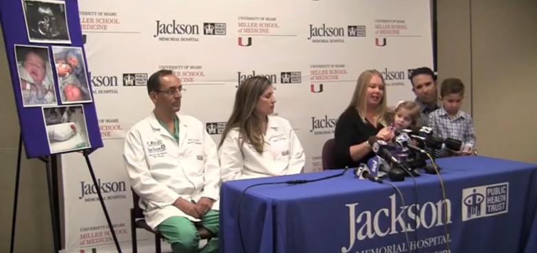 Dr. Ruben Quintero poprvé na světě úspěšně odstranil nenarozenému plodu nádor z dutiny ústní!