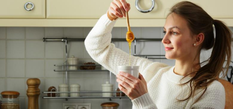 Med jako potravina pro ženy? Pomůže od bolestivé menstruace i při menopauze