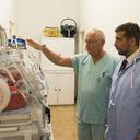 Podchlazení novorozence, i to je způsob, jak lékaři pomáhají přidušeným dětem