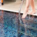 Horké počasí přitahuje lidi na veřejná koupaliště. Jak se vyhnout plísním?