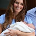 Kate přivedla na svět dalšího královského potomka! Anglie jásá.