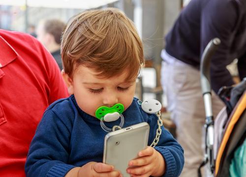 """Pozor na mobily. I batolata na nich mohou být """"závislá"""""""