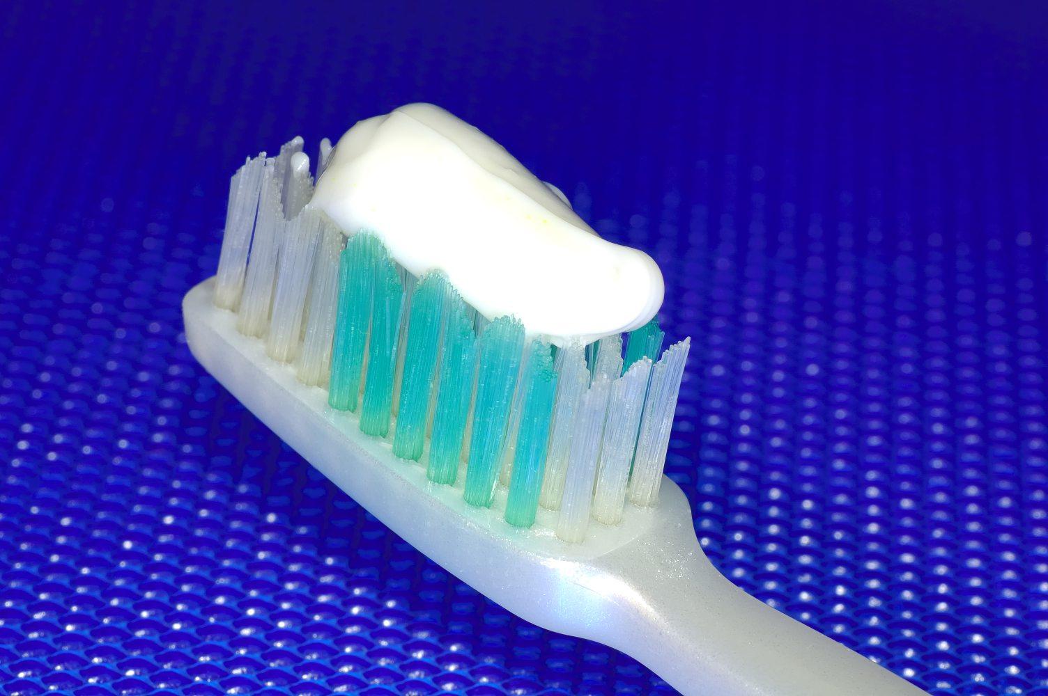 Zuby v těhotenství poškozuje změna slin, ne úbytek vápníku