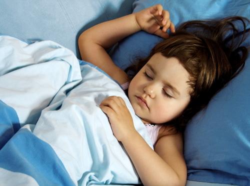 Noční pomočování může přetrvávat až do dospělosti