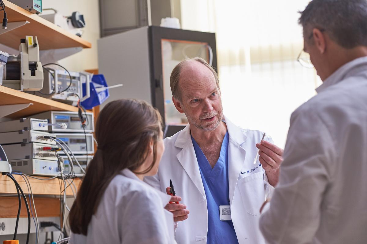 Alan Flake, fetální chirurg v Children's Hospital of Philadelphia, který vedl studii publikovanou v časopise Nature Communications.Credit: /Ed Cunicelli/The Children's Hospital of Philadelphia